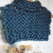 KNIT ❤️ Les tours de cou tout chauds et tricotés avec amour 😍. Est ce que vous aimeriez qu'on vous les montre portés ?  . . . #knittersofinstagram #knittingaddict #knitting #knitwear #teamtricot #tricot #laine #wool #hiver #winter #mood #chaud #warmandcozy #cocooning #sundaymood #creation #handmade