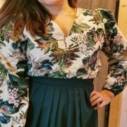 VOTRE CHOUCHOU ❤️ On vous montre les premières pièces de la nouvelle collection, les blouses chic et jupes midi ! Et votre coup de cœur va apparemment pour la version fleurie en coton. Bon ok, je suis d'accord avec vous... Je l'adore aussi ! 😍 . . . #outfit #ootd #tenue #look #chic #creation #collection #inspiration #shoulder #fleuri #bohemechic #winter #automne #tenuedujour #slowfashion #pieceunique #new #toulon #madeinfrance