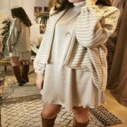 OUTFIT ⭐ D'automne, avec la petite robe en satin et ce gilet en maille oversize. Des couleurs toutes douces et des matières ultra #cocooning pour ce dimanche sous la pluie ❤️ À retrouver directement sur le e shop 👆 . . . #robe #gilet #outfit #ootd #tenuedujour #look #lookoftheday #eshop #autumnvibes🍁 #falloutfit #cocooningtime #sundaymood #cosy #creatrice #unique #handmade #toulon #france